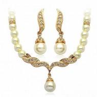 Elegant colier cu cristale si perlute, cu cercei asortati - Cadoulchic.ro