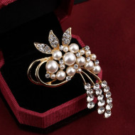 Brosa eleganta cu cristale si perlute, model floare