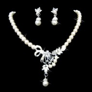 Elegant set (colier + cercei) cu perlute si cristale, design buchet