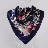 Esarfa eleganta din matase satinata, cu design floral, pe fundal bleumarine
