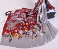 Esarfa eleganta din matase satinata, cu design rafinat, combinatie de arabesque si floral