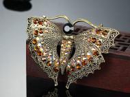 Brosa eleganta cu cristale, model fluture