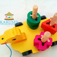 Jucarie din lemn Ratusca cu sortator forme geometrice si snur. Jucarii si Jocuri Montessori din lemn.
